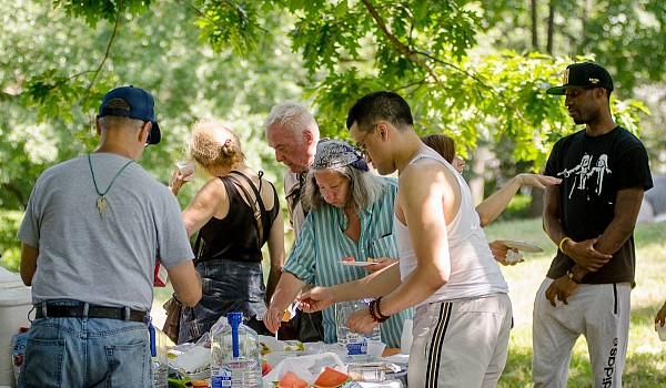 07 2016 picnic mingling07